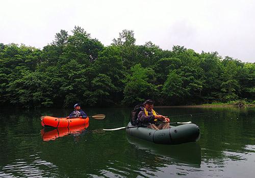 流れの穏やかな川でパックラフト